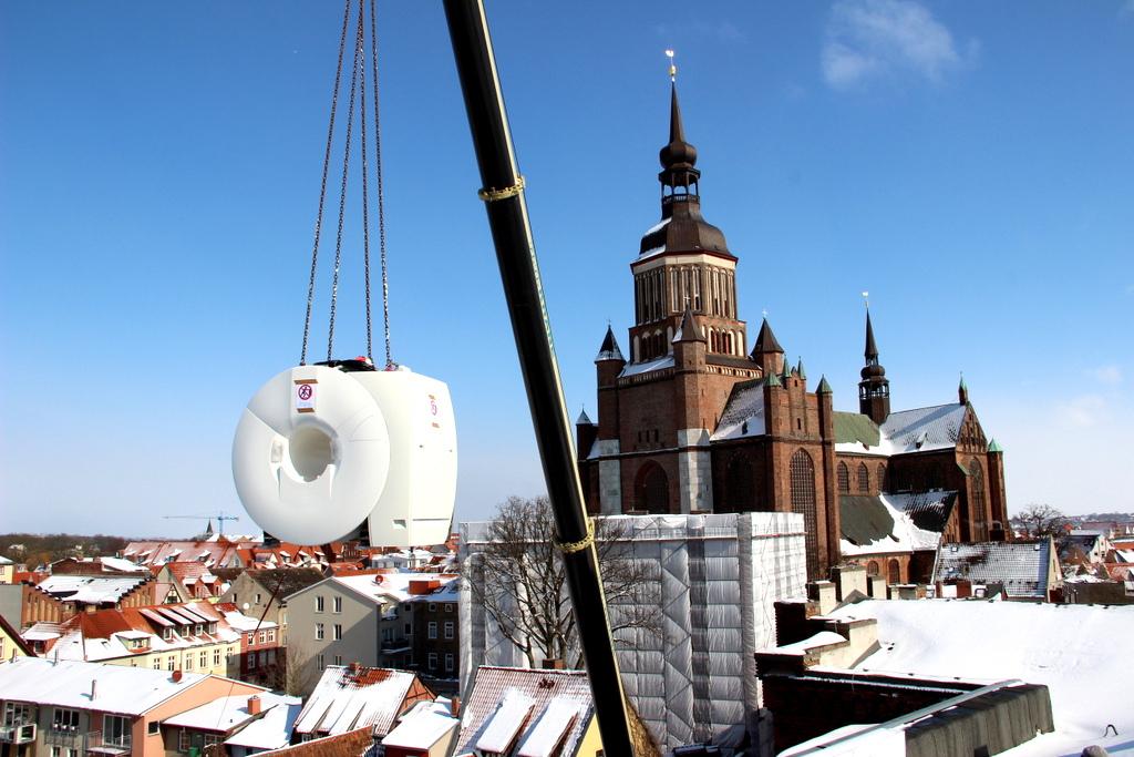 Neues MRT ( 5,8 Tonnen Gewicht) vor Marienkirche