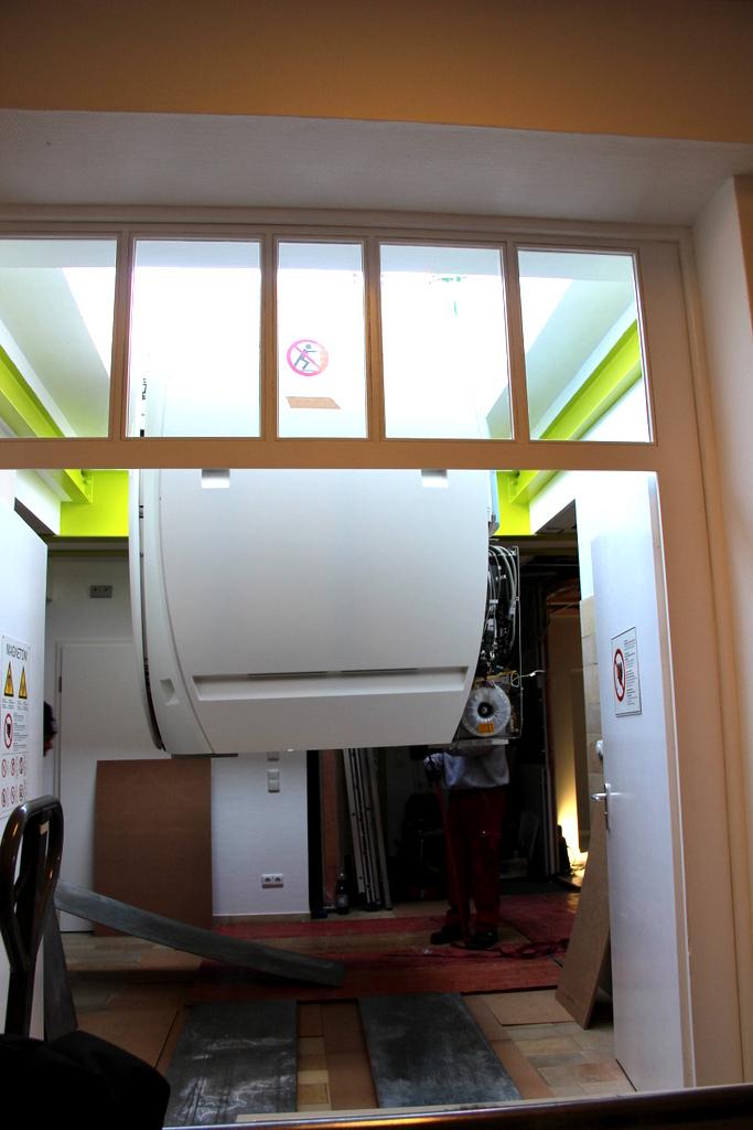 MRT wird durch Dachöffnung eingebracht